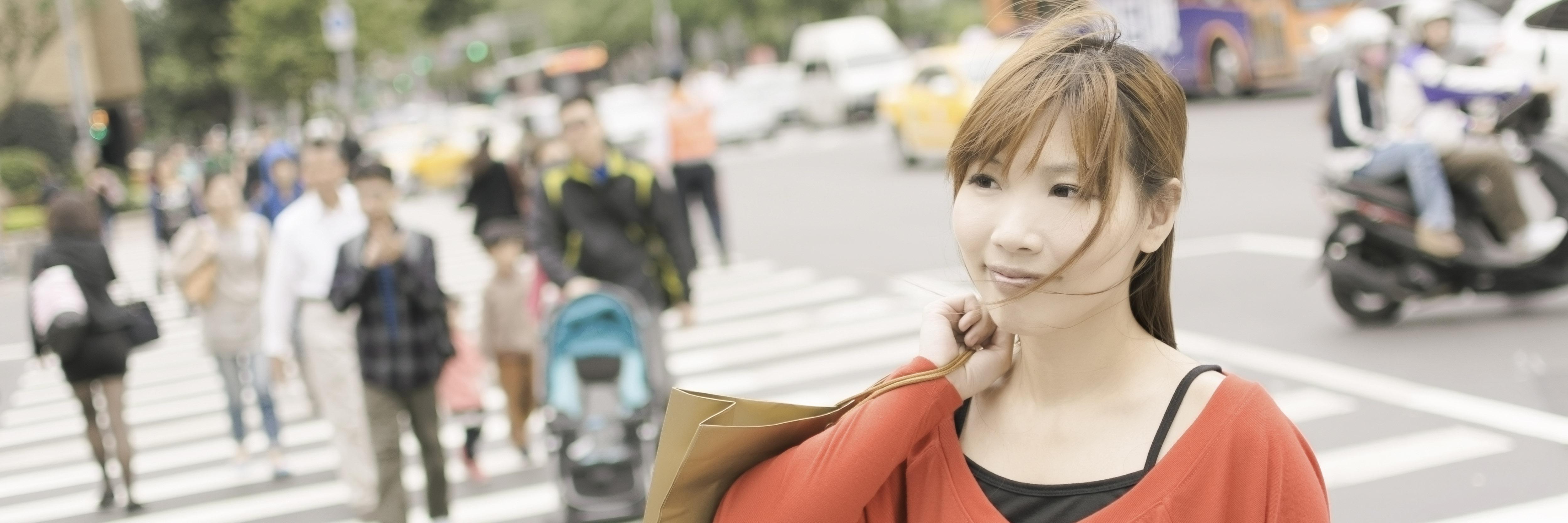 Kinesisk kvinna i stad